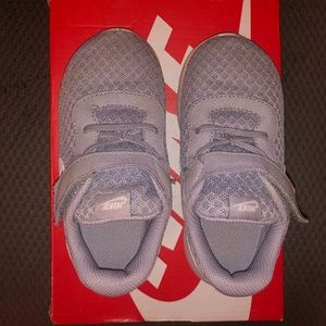 Toddler girls Nike Tanjun gray/white sneakers